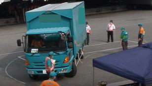 前輪タイヤが平行になれば、前部右角の最大はみ出し値