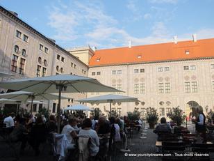 La résidence des rois de Bavière, à Munich, dispose de nombreuses cours intérieures accueillant un restaurant agréable.
