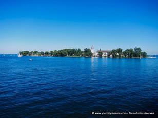 Le lac de Chiemsee est un site très touristique en Bavière avec son château et ses îles merveilleuses.
