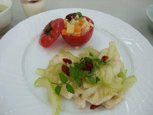 トマトのファルシーとセロリと鶏胸肉のソテー