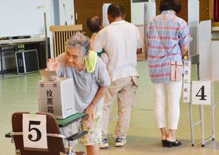 大原の投票区で投票する有権者=28日午前、西表大原