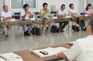 移住・定住支援協議会が発足し、委員が活発に意見を出しあった=3日、石垣港ターミナル