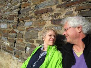 Jens Rabeler und Martina Adam vom WeinGenuss Aachen machen Pause bei einer Wanderung in den Weinbergen der Ahr