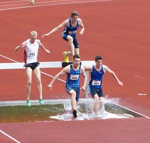 Erik Höpfner (496) und Malte Stockhausen (auf dem Balken) verpassten nach Stürzen haarscharf eine Medaille im 2000-m-Hindernislauf. (Archivfoto)