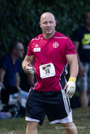 Markus Esser hat die Wurfhandschuhe inzwischen ausgezogen und übernimmt nun die Moderation. (Foto: Jan-Hendrik Ridder)