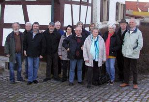 """Exkursionsteilnehmer vor dem """"Lerchennest"""" in Steinsfurt"""