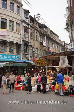 Einer der Seiteneingänge zur Markthalle im Südwesten Xiamens, unweit des Fährhafens. Dies ist das Tor zu einer anderen Welt, zu einem wirklichen Zauberreich.