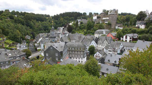 "Foto: wikipedia.org (""View on Monschau right 2014 08 22"" von LepoRello - Eigenes Werk.)"