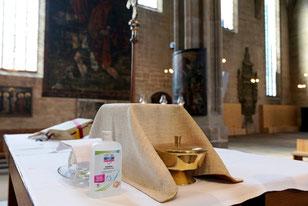 Vorbereiteter Altar mit Desinfektionsmittel (Bild: Peter Weidemann / pfarrbriefservice.de)