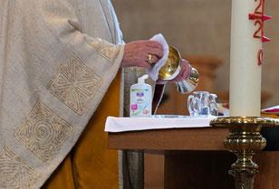 Auf dem Altar eine Flasche mit einem Desinfektionsmittel für Hände (Bild: Peter Weidemann / pfarrbriefservice.de)