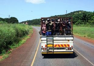 Arbeiter auf dem Weg zur Plantage
