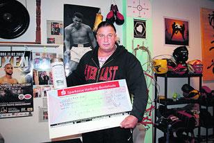 Steve Reed hatte den Scheck für die Spendenübergabe bereits fertig - zur Übergabe kam es aber nicht.  - Foto: Kreib