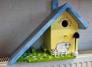 nestkastje voederhuisje beschilderd schaap vogelhuis hout leuk vogelhuisje