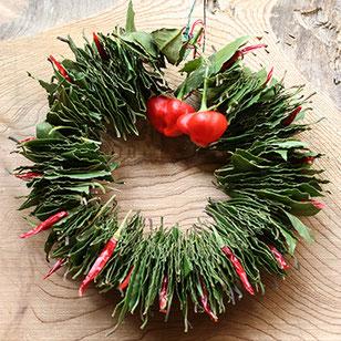 唐辛子とローリエで出来たクリスマスリース