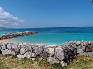 石垣と海岸