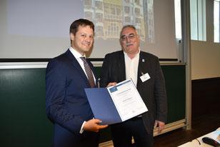 Prof. Dr.med.Dieter Buchheidt (r.), Vorsitzender der DMykG e.V., überreicht die Urkunde des mit 5.000Euro dotierten Forschungsförderpreises an den Preisträger2018 – PD  Dr.med.Johannes Wagener (l.). (Foto: ghw)