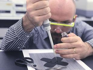 Textilien könnten in Zukunft Medikamente präzise dosieren. (Foto: Empa)