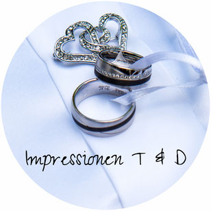 Zivile Trauung, Standesamtliche Hochzeit, Eheringe silberne Trauringe mit Schleife auf dem Ringkissen, Brilliant Herz