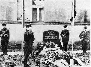 Почётный караул у братской могилы. Это фото в редакцию при-  слали родственники Г. Муратова с просьбой узнать, сохранился ли  памятник.