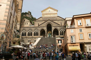 Blick auf den Dom von Amalfi mit Freitreppe
