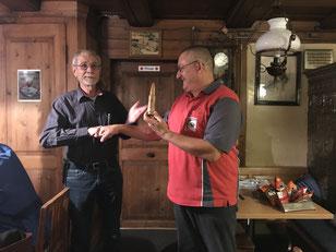 Leo übernimmt stellvertretend für Adrian die Siegerpatrone des Wanderpreises