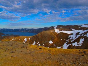 schwindende Schneefelder auf den Bergen