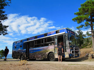 ein witziger Abenteurer-Bus für 12 Personen