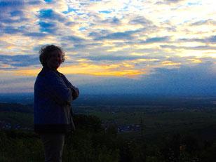 Hanna steht da,  der hohe, weite  Himmel der Rheinebene hinter ihr