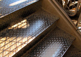 die vielbegangene Eisentreppe von der 2. Etage nach unten