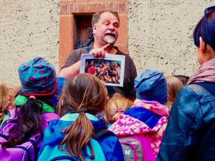 dieser Lehrer erzählt gerade die Geschichte vom hl. Georg