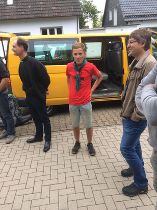 Pfarrer Holger Schmitz begrüßt die Rückkehrer aus dem Sommerlager