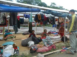 エコロジーオンラインで支援をしたネパール地震でテント生活をする被災者のご家族
