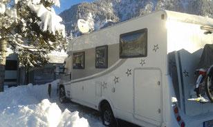 Wohnmobil in verschneiter Landschaft