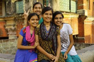 Nidhi, avec ses trois soeurs: la jeune Indienne veut devenir ingénieure (©Pathé Distribution)