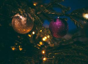 Fröhliche Weihnachten und ein gutes neues Jahr! (Bild: Clem Onojeghu auf Unsplash.com)