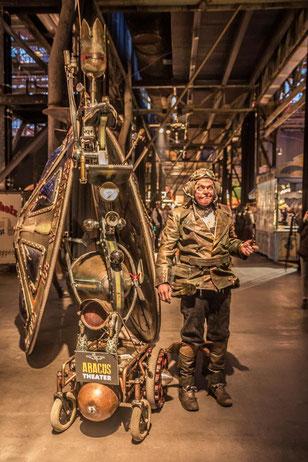 Mann mit Steampunk-Gefährt in der Bochumer Jahrhunderthalle