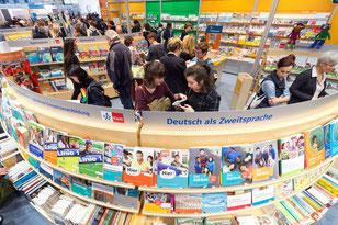 Lesende auf der Buchmesse in Leipzig.