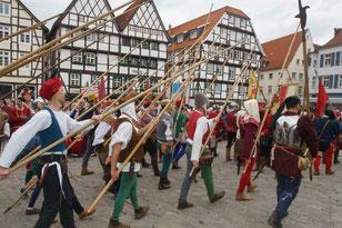 Pikiniere marschierenwährend der Soester Fehde auf den Soester Markt.