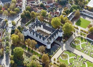 Das Schloss Neuhaus in Paderborn aus der Luft