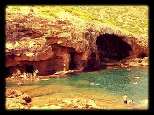 Al norte de Xàbia en la Comunidad Valenciana se encuentra la Cova Tallada.