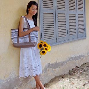 褐色の肌と白いドレスの美しいコントラスト