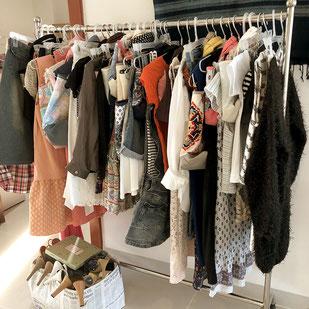 撮影用に用意した大量の洋服と小物