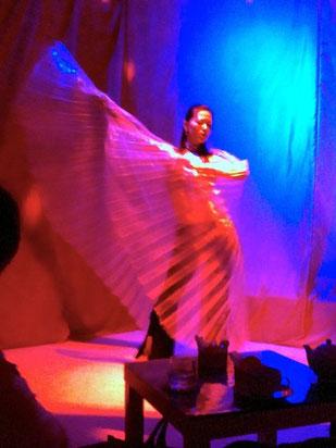 大きな羽根とライティングで幻想的なダンスです