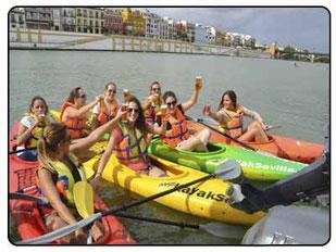 celebración realizando una ruta en kayak por sevilla