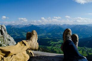 Wandern im Führungskräftetraining Outdoor Leadership XTreme, Wanderstiefel vor Bergpanorama