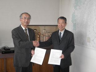 協定書交換式(冨永・福島森林管理署長(左)と宇野・日本環境協会常務理事)