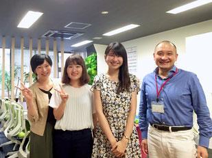 2016年4月1日より活動を開始した村嶋祐佳さん(中央右)と、同年7月1日より活動を開始した森崎菜々子さん(中央左)との1枚。共に成長し合える仲間との出逢いに感謝!