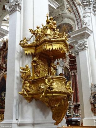 """Goldene Domkanzel von Lorenzo Mattielli, auf dem Schalldeckel thront die Allegorie """"Ecclesia"""" mit der Weltkugel im Schoß"""