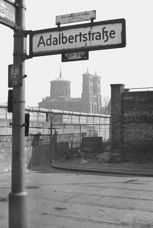 Siebrand Rehberg - Portfolio Berliner SIgnale des Aufbruchs An der Mauer, Ecke Aldabertstraße une Bethaniendamm, hinten St-Thomas-Kirche, 1971