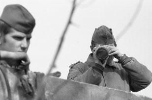 Siebrand Rehberg - Reparatur an der Mauer, der Fotograf wird dokumentiert 1973